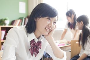 笑顔の女子高校生の素材 [FYI00471224]