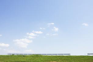緑と青空と堤防の写真素材 [FYI00471242]