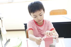 鉛筆を削る男の子の写真素材 [FYI00471258]
