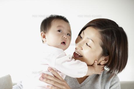 赤ちゃんを抱く母親の素材 [FYI00471268]