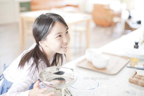 ダイニングからキッチンをみる女の子の写真素材 [FYI00471275]