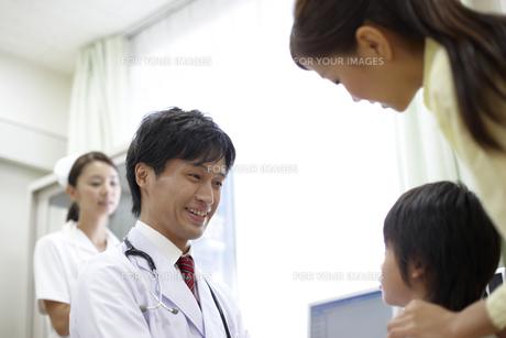 母親に付き添われた男の子を診察する医師の素材 [FYI00471283]