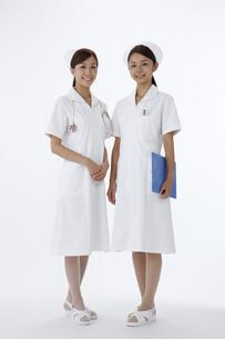 女性看護師二人のポートレートの写真素材 [FYI00471288]