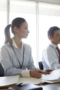 会議の報告を記録する女性ビジネスマンの写真素材 [FYI00471289]