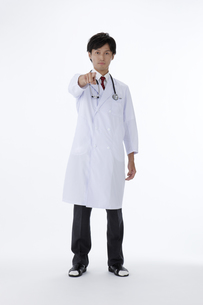 首に聴診器を下げた男性医師のポートレートの素材 [FYI00471291]