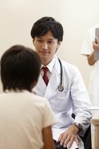 診察室で子供の診察をする医師の素材 [FYI00471293]
