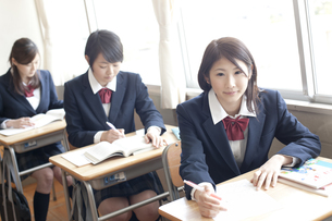 教室で授業を受ける女子高校生の写真素材 [FYI00471352]