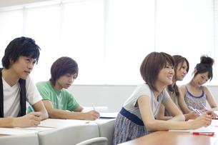 教室で勉強する大学生たちの写真素材 [FYI00471353]