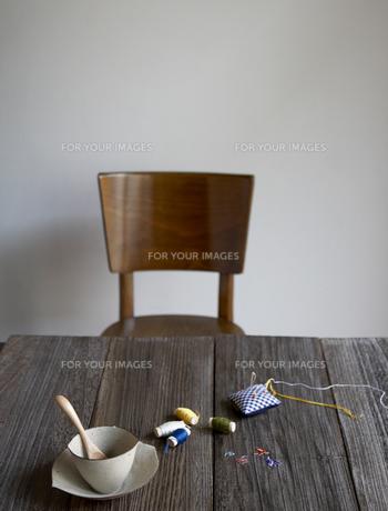机に置かれた裁縫道具の素材 [FYI00471365]