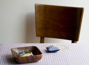 机に置かれた裁縫道具の素材 [FYI00471368]