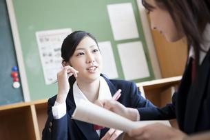教室で勉強を教えあう女子高校生の写真素材 [FYI00471381]