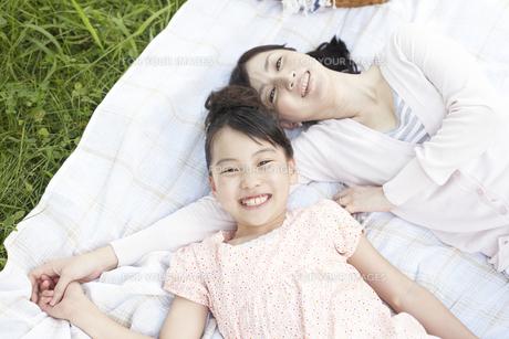 ピクニックをしている母と子の写真素材 [FYI00471392]