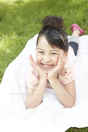 ピクニックをしている女の子の写真素材 [FYI00471394]