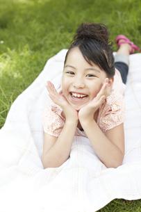 ピクニックをしている女の子の写真素材 [FYI00471395]