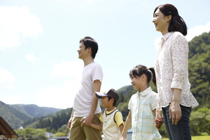 遠くを見つめる家族の写真素材 [FYI00471398]
