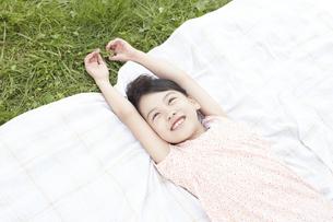 ピクニックをしている女の子の写真素材 [FYI00471400]
