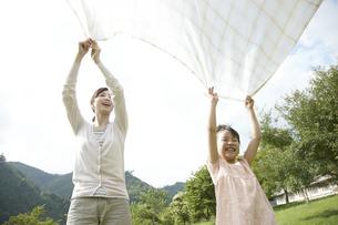 ピクニックをしている母と子の写真素材 [FYI00471415]