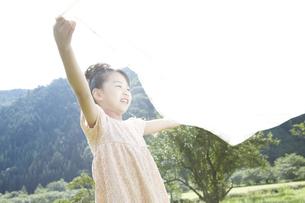 ピクニックをしている女の子の写真素材 [FYI00471417]