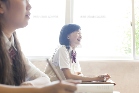 授業を受ける女子高校生の素材 [FYI00471448]