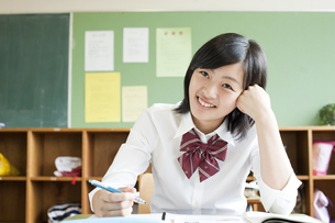 授業を受ける女子高校生の写真素材 [FYI00471452]