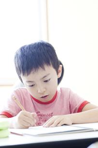 塾で勉強をする男の子の写真素材 [FYI00471531]