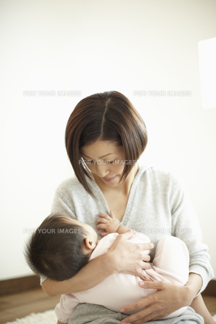 赤ちゃんを抱く母親の素材 [FYI00471562]