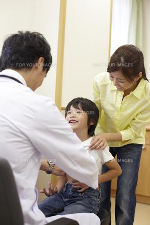 母親に付き添われ診察を受ける男の子の素材 [FYI00471578]