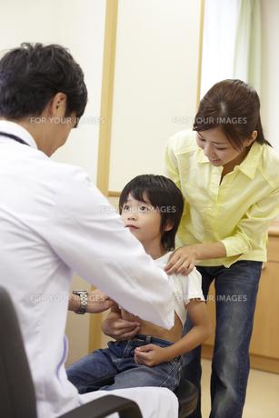 母親に付き添われ診察を受ける男の子の素材 [FYI00471584]