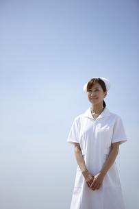 青空と笑顔の女性看護師の写真素材 [FYI00471588]