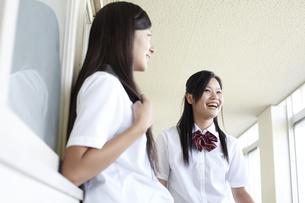 廊下で雑談している女子高生の写真素材 [FYI00471659]