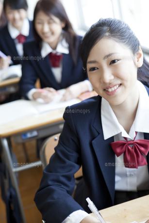教室で授業を受ける女子高校生の写真素材 [FYI00471697]