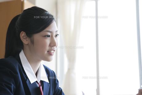 教室にいる女子高校生の素材 [FYI00471705]