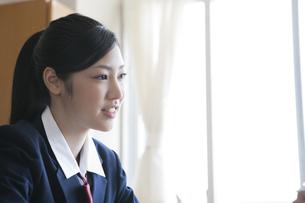 教室にいる女子高校生の写真素材 [FYI00471705]