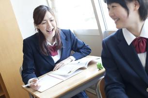 教室で授業を受ける女子高校生の写真素材 [FYI00471706]