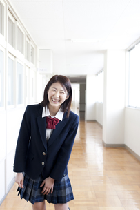 廊下に立つ女子高校生の写真素材 [FYI00471724]