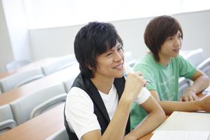 授業をうける男子大学生二人の写真素材 [FYI00471744]
