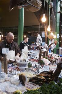 バラマーケットの魚屋の写真素材 [FYI00471769]