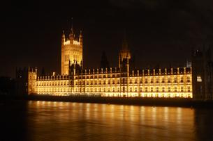 ウェストミンスター橋より望む国会議事堂の夜景の写真素材 [FYI00471771]