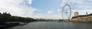 ウェストミンスター橋から望むロンドン アイとテムズ河の写真素材 [FYI00471818]