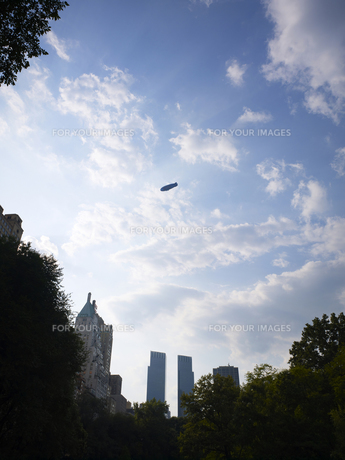 セントラルパーク上空に浮かぶ飛行船の写真素材 [FYI00471869]
