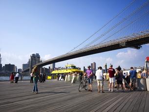 ブルックリンブリッジとウォータータクシーの写真素材 [FYI00471877]