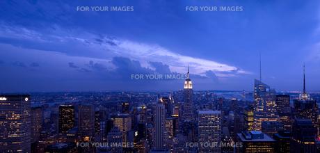 ロックフェラーセンター展望台より望むマンハッタンの夕景の写真素材 [FYI00471891]