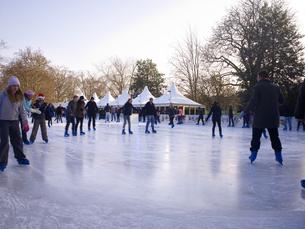 ハイドパークでスケートを楽しむ人々の写真素材 [FYI00471954]