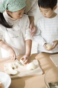 料理の手伝いをする子供と母親の写真素材 [FYI00471969]