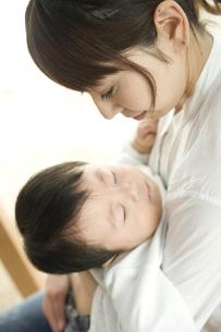 お母さんに抱っこされて眠る赤ちゃんの写真素材 [FYI00471982]