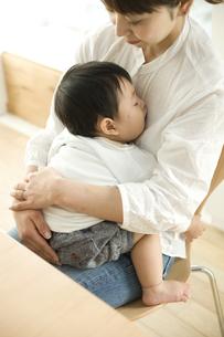 お母さんに抱っこされて眠る赤ちゃんの写真素材 [FYI00471987]