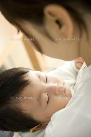 お母さんに抱っこされて眠る赤ちゃんの写真素材 [FYI00471990]