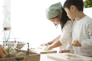 料理の手伝いをする子供の写真素材 [FYI00471993]