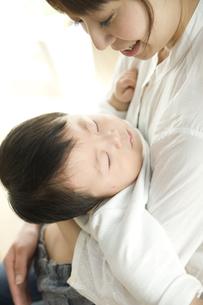お母さんに抱っこされて眠る赤ちゃんの写真素材 [FYI00471996]