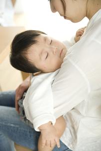お母さんに抱っこされて眠る赤ちゃんの写真素材 [FYI00471997]